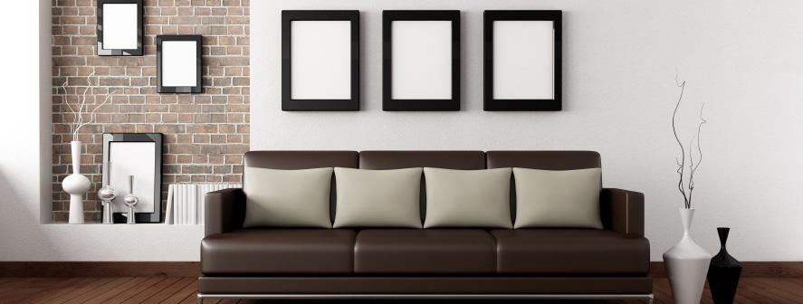 בתמונה קיר סלון צבוע בלבן, הצביעה איכותית ונקייה, הקיר חלק ונקי