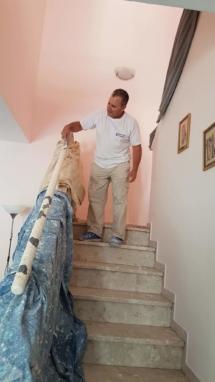 צביעת חדר מדרגות - חידוש מעקה - הסרת הצבע הישן