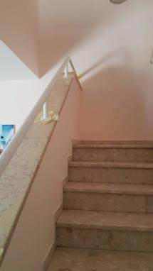 צביעת חדר מדרגות - חידוש מעקה - המעקה צבוע!